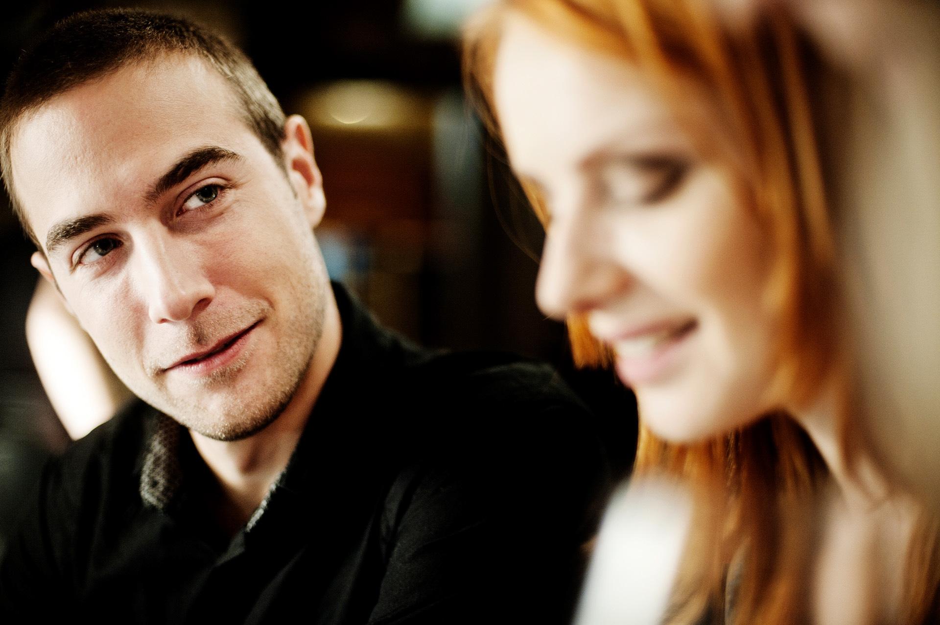 Muž mluví se ženou
